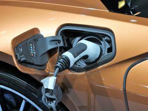 Elektromobilių įkrovimo prieigos – visuose naujai statomuose namuose Jungtinėje Karalystėje