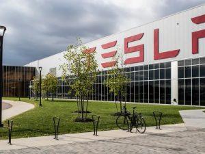 """Tesla Kinijoje ne tik stato """"Gigafactory 3"""", bet ir buria didelę inžinierių komandą"""