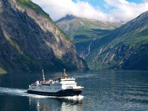 Norvegijos fjorduose turėtų plaukioti tik elektriniai keltai ir laivai