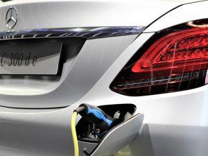 Kaip saugiai įkrauti elektromobilį
