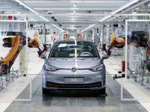 """""""Volkswagen"""" ir """"Audi"""" atstovai palaiko Lietuvos sprendimą sparčiau žengti į elektromobilių erą"""