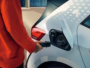 Elektromobilių kaina – vis mažesnė, o privalumai – vis didesni
