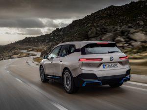 """BMW pristatė elektrinį visureigį """"BMW iX"""" ir motorolerį"""