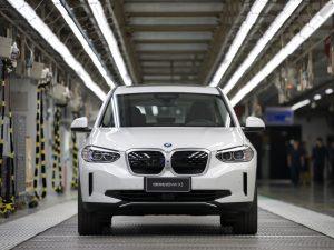 """BMW pradėjo masinę elektrinio """"BMW iX3"""" visureigio gamybą"""