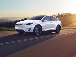"""2020 metais """"Tesla"""" pardavė 0,5 mln. elektromobilių"""