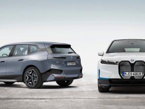"""BMW atskleidė elektrinio visureigio """"BMW iX"""" pirmąsias versijas ir """"BMW i4"""" savybes"""