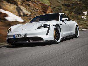 """Pirmųjų """"Porsche Taycan"""" vairuotojams – gera žinia: programinė įranga bus atnaujinta nemokamai"""