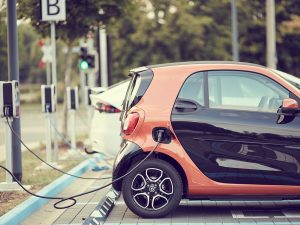Ekspertai apie siūlomą subsidiją elektromobiliams: menka parama, galbūt geriau veiktų PVM lengvata