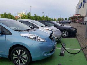 Senųjų daugiabučių kiemuose turėtų atsirasti elektromobilių įkrovimo stotelės