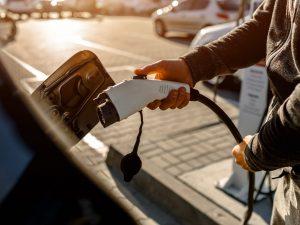 Penki elektromobilių pranašumai prieš įprastus automobilius