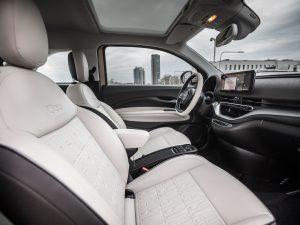 """""""Fiat 500e"""" – 2021 metų kabrioletas, skelbia įtakingasis """"What Car?"""" žurnalas"""
