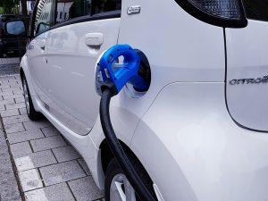 Aktualu elektromobilių turėtojams: ar nepritrūks jiems skirtų įkrovimo stotelių?