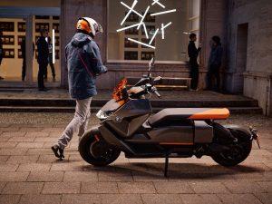 """BMW pristatė elektrinį motorolerį """"CE 04"""" – viena įkrova įveiks 130 km"""