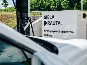 """Nuo šiol itin sparčiai įsikrauti elektromobilį galima šalia """"Porsche"""" centro Vilniuje"""