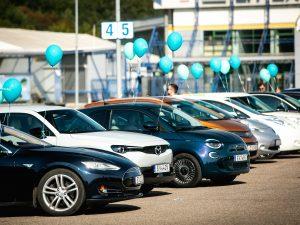 Užfiksavo naują Lietuvos rekordą – vienoje vietoje susirinko 94 elektromobiliai