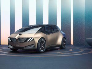 BMW pristatė koncepcinį elektromobilį iš perdirbtų medžiagų ir elektrinį dviratį-motociklą